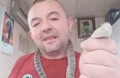 Yakaladığı yılanla sosyal medyada canlı yayın yaptı