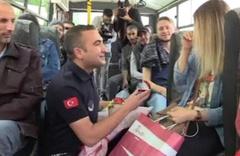 Yolcular şoke oldu! Zabıtadan halk otobüsünde çılgın evlilik teklifi