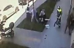 Şoke eden olay: Yürüyen kadına saldırı kamerada!