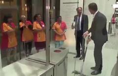 Hollanda Başbakanı yere döktüğü kahveyi kendisi temizledi!