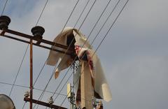 Elektrik tellerine takılan halı ilginç görüntüler oluşturdu