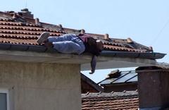 İnanılmaz olay! Çatıda uyuyakaldı vatandaşın çığlıkları bile uyandıramadı!