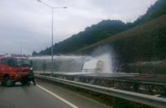 LPG yüklü tanker duvara çarptı, sahil yolu kapandı