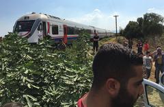 Tren otomobile çarptı: Yolcular dehşeti yaşadı!