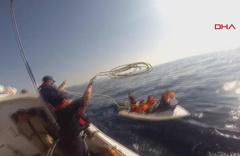 Göçmen teknesi su aldı, imdada Sahil Güvenlik yetişti