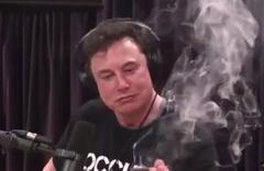 Elon Musk, canlı yayın sırasında esrar ve viski içti!