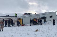 Sivas'ta yolcu otobüsü devrildi yaralılar var