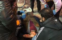 Buz tutan kaldırımda kayarak düşen kadın hastanelik oldu!