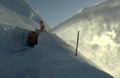 Kar kalınlığının 6 metreye ulaştığı yolu açma çalışması sürüyor