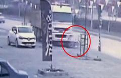 Çok acı görüntü: Kamyon Suriyeli genci ezdi!