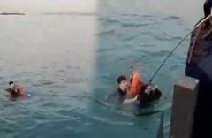 Kadıköy'de polis denize düşen genç kızı kurtarma anları