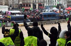 Paris'te kırmızı fularlılar sarı yeleklilere karşı