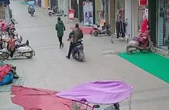 Motosikleti ile çarparak hırsızı yakalattı