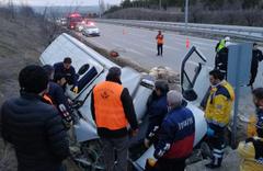 Peynir yüklü minibüs beton duvara çarptı: 2 ölü