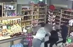 Kadın çalışanı taciz etti: Baltayı taşa vurdu!