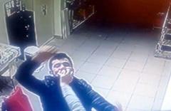 Boşanma aşamasındaki eşini yüzüne kafa atıp dövdü