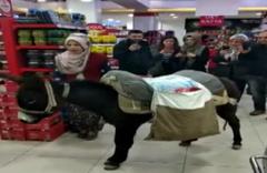 Paralı poşeti protesto için markete eşekle geldiler!