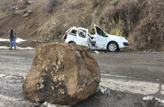 Şırnak'ta dağdan kopan kaya aracı biçti!
