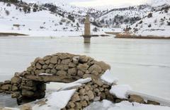 Sivas'ta sular altında kalan köyden ilginç görüntüler