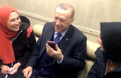 Cumhurbaşkanı Erdoğan, genç kızların ricasını geri çevirmedi
