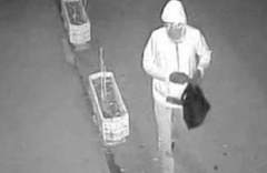 Acemi hırsız kendini kamerasına yakalandı