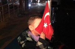 Karslı küçük çocuğun bayrak sevgisi yürek ısıttı