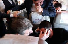 Uçakta rahatsızlanan yolcuya Bakan Koca müdahale etti