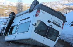 Sivas'ta minibüs devrildi: Çok sayıda yaralı var!