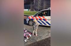 Gülümseten görüntüler küçük kızı polis ile yarıştı