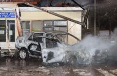 Kaza sonrası alev topuna dönen otomobilden son anda kurtarıldılar