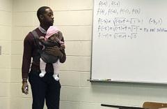 Öğrencisinin bebeğini kucağına alıp ders veren öğretmen olay oldu