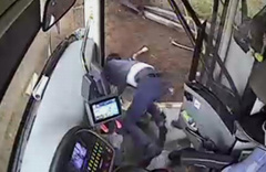 Antalya'da 4 yolcunun yaralandığı otobüs kazası kamerada