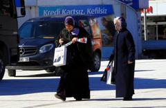 Erzincan'da kadınlar için gökyüzünden karanfil atıldı
