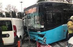 Beyazıt'ta halk otobüsü yayaların arasına daldı! Öğretim üyesinin ayakları koptu