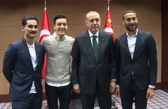 Mesut Özil'den sonra bir Türk'e daha saldırı