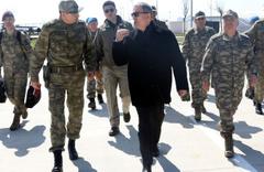 Bakan Hulusi Akar ve komutanlar Suriye sınırının sıfır noktasında!