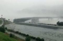 Sel otoyol köprüsünü koparıp böyle sürükledi