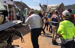 Yolcu otobüsü buğday yüklü TIR'a çarptı: 20 yaralı var