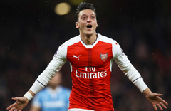 Mesut Özil'in Türk bayraklı kolyesi Almanlara dert oldu çileden çıktılar