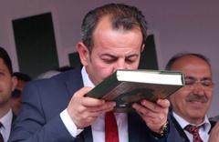 CHP Bolu Belediye Başkanı Tanju Özcan Kuran'ı öperek göreve başladı