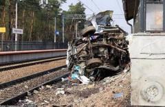 Dehşet anları kamerada! Tren, lastiği raylara sıkışan ambulansı biçti: 2 ölü