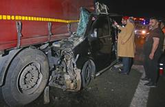 TEM Otoyolu'nda minibüs TIR'a çarptı: 5 ölü 3 yaralı