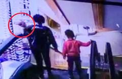 İnanılmaz Görüntü! Yürüyen merdivende bebeğini düşürdü