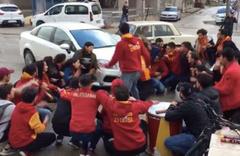 Otomobil, tezahürat yapan Galatasaraylı taraftarların arasına daldı!