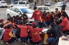 Otomobil, tezahürat yapan Galatasaraylı taraftarların arasına daldı! O anlar kamerada