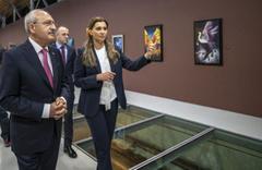 Kemal Kılıçdaroğlu Hande Fırat'ın resim sergisini ziyaret etti
