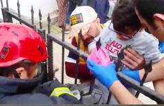 10 yaşındaki çocuk hastaneye eline saplanan korkulukla gitti