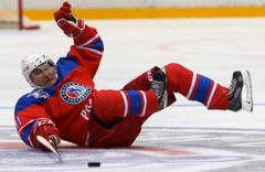 Putin buz hokeyinde yere kapaklandı karizmayı fena çizdirdi