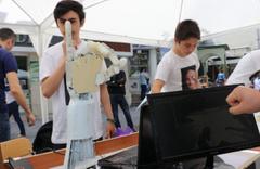 Lise öğrencileri, öğretmenleriyle robotik el üretti