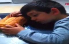 Sofrada ekmekle uyuklayan çocuk, sosyal medyada ilgi odağı oldu